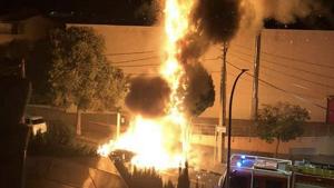 L'espectacular incendi d'un cotxe a Segur de Calafell.