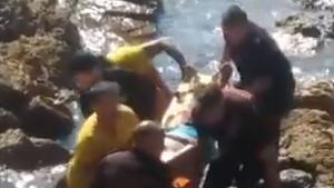L'home sent evacuat en una llitera de la zona de roques