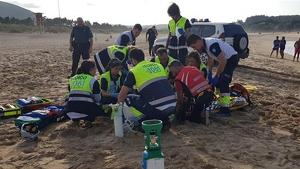 Los equipos de emergencia intentando reanimarla
