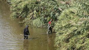 Membres del dispositiu rastrejant la llera del riu Besòs
