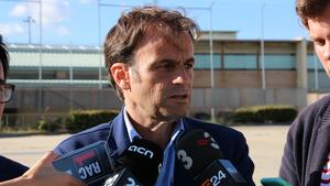 Moment en el qual Asens parla amb la premsa en sortir de veure Jordi Cuixart