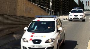 Moment en què dos vehicles dels Mossos traslladen els pares del nadó