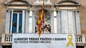 Pancarta per la llibertat dels presos i exiliats polítics que la Junta Electoral va ordenar de retirar