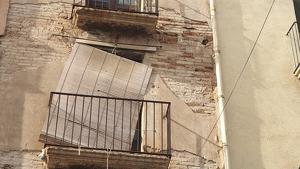 Part d'una cornisa ha caigut aquest dissabte a la tarda a la plaça de l'Oli de Valls