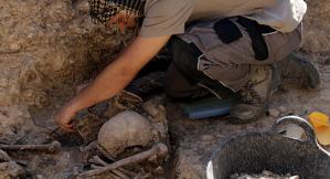 Pla obert de l'arqueòleg treballant a la fossa