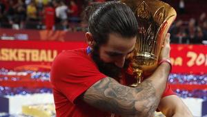 Ricky Rubio abraçant el trofeig de campió del món