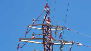 S'han instal·lat una dotzena d'aïllants en una línia elèctrica a la Ribera d'Ebre