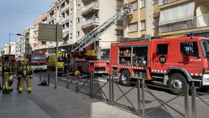 Sis dotacions de Bombers treballen en el pis de la capital del Montsià