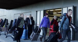Turistes suecs arribant a l'Aeroport d'Alguaire per marxar a esquiar a Andorra i la Val d'Aran