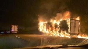 Un tràiler incendiat en l'autovia A-7 a l'altura de Massamagrell