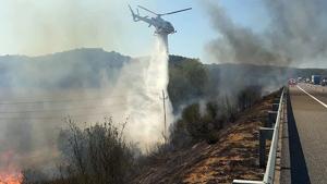 Una de les descàrregues d'aigua a un dels incendis del voral a l'AP-7