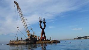 Una imatge de l'operatiu de desmuntatge de l'escultura 'Alfa i Omega', el passat mes de juny.