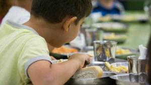 Uns 7.000 alumnes catalans es serveixen ells mateixos el menjar de l'escola.