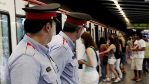 Uns agents detecten a un furtador incident en un comboi del metro