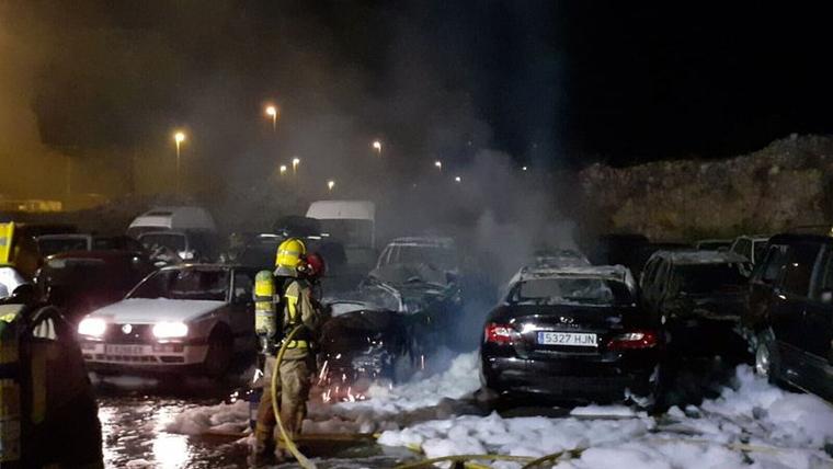 L'incendi a l'Alt Empordà ha provocat afectacions en més d'una desena de vehicles i el desplegament dels Bombers