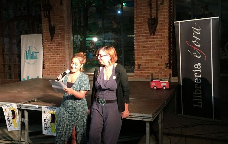 Mercè Arànega i Nieves Collado llegeixen els noms dels guanyadors del concurs de relats