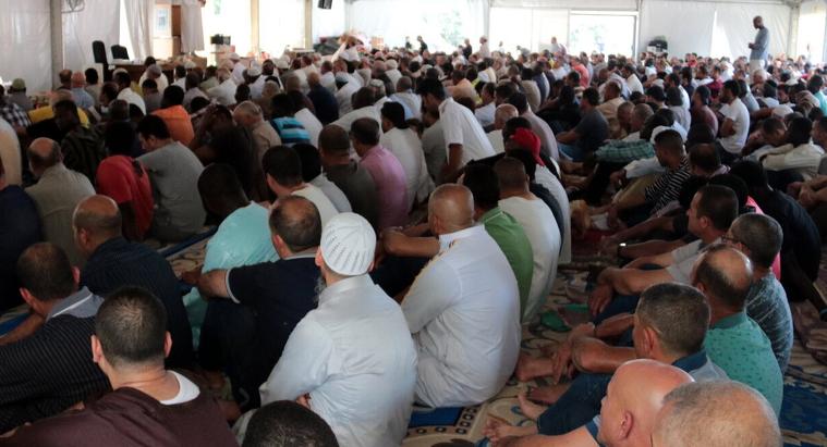 Pla obert d'una pregària de la comunitat islàmica a la carpa situada al barri de Cappont