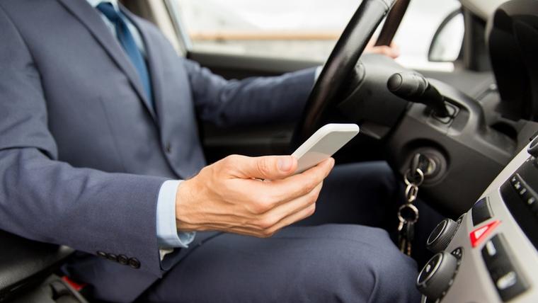 Utilitzar el mòbil al volant és el principal motiu de distracció a la carretera