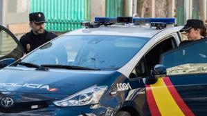 Agentes de Policía Nacional en un coche iZ