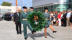 Agents de la Guàrdia Civil de Tarragona i autoritats en l'ofrena floral en l'acte institucional de la festivitat del Pilar.
