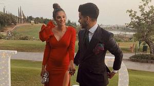 Alma Bollo con su pareja enseñando por primera vez su embarazo