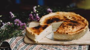 Aprendemos a cocinar dos postres con queso: el flan y el pay de queso.