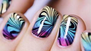 Aprendemos a decorar las uñas al agua o con efecto mármol.