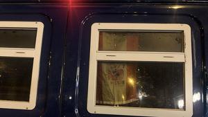 Bandera d'Espanya penjada a la finestra d'una furgoneta de la Policia Nacional a Barcelona