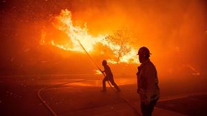 Bombers apagant un foc a Califòrnia