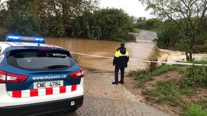 Diverses carreteres estan afectades per inundacions i esllavissades