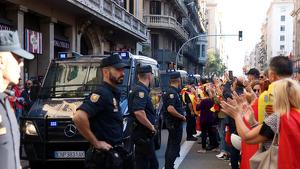Diversos manifestants aplaudint els agents de la Policia Nacional a Barcelona