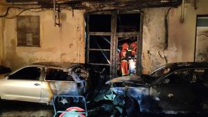 Dos dels vehicles afectats i una de les cases