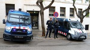 Dues furgonetes i agents dels Mossos custodiant l'entrada als jutjats de Tarragona durant la concentració d'aquest migdia