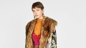 El abrigo estampado con pelo cuesta 179 euros