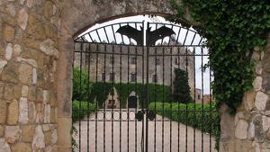 El castell d'Altafulla és de propietat privada i roman actualment tancat al públic