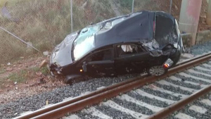 El cotxe va caure del pont i ha dificultat el tràfic ferrioviari