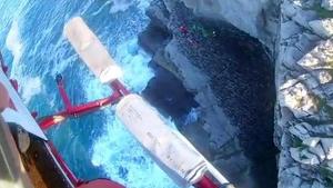 El herido una vez caído al acantilado visto desde el helicóptero de rescate