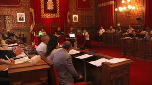 El plenari ha rebutjat les dues mocions que demanaven despenjar la pancarta «Llibertat presos polítics!».