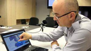 El subdirector general de Coordinació i Gestió d'Emergències, Sergio Delgado, observant una imatge de l'eina A4CAT