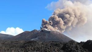 El volcán Etna, en Sicilia, ha vuelto a entrar en erupción este viernes