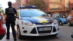 Els agents de la policia han intervengut per a salvar-li la vida a l'home