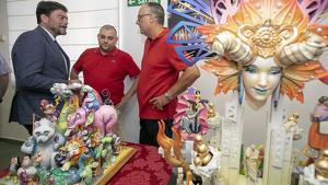 Els artistes foguerers, junta amb la maqueta de les obres i l'alcalde d'Alacant, Luís Barcala