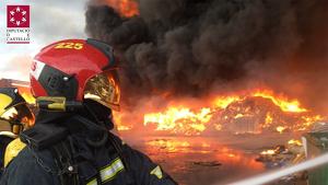 Els bombers treballant en l'incendi de Betxí
