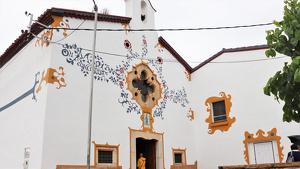 Els colors blau i ocre jujolians de l'ermita de la Mare de Déu del Roser, a Vallmoll