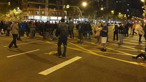Els manifestants han tallat l'avinguda Meridiana en ambdós sentits