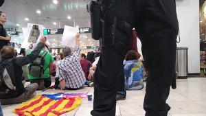Els Mossos desallotgen l'estació de Sants, on té lloc una protesta contra la sentència del procés