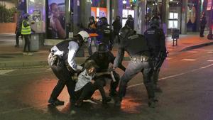 Els Mossos d'Esquadra, durant una de les detencions que es van produir aquest divendres a Tarragona.
