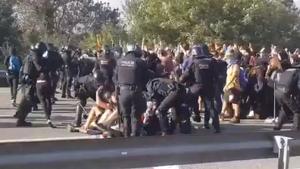 Els Mossos han propinat diversos cops de porra a l'AP-7, a Girona