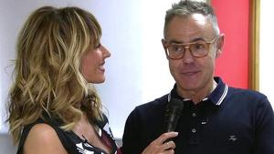 Emma García y Jordi González hablando en el pasillo de Telecinco