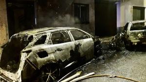 Estat dels cotxes i de la casa en l'incendi d'esta matinada en la Vall d'Uixó